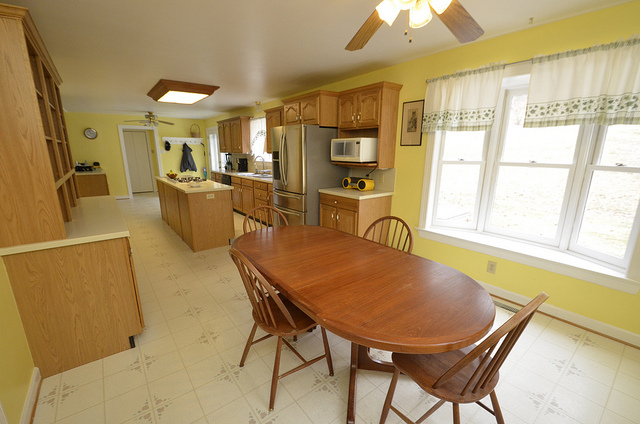 eat-in country kitchen design